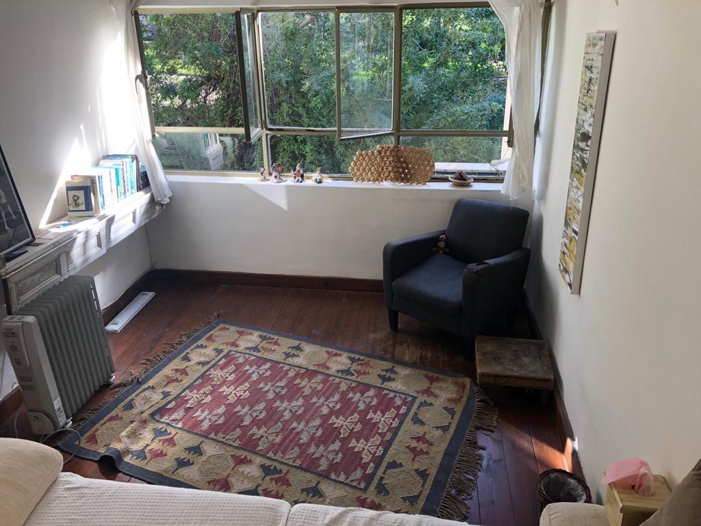 חדר הקליניקה ובתוכו ספות, שטיח, חלון ומפזר חום